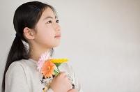 花束を持つ日本人の女の子