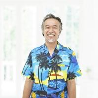 アロハシャツを着て笑うシニアの日本人男性