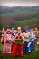 イギリス キリスト誕生劇の衣装を着ている子供