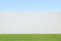 青空のもと爽やかな壁と緑の芝生