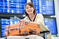 空港でカートを押す日本人女性