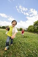 芝生の上を走る子供