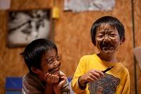 顔に落書きをする日本人の子供