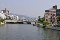 広島太田川から原爆ドームと街並み
