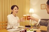ビールを飲む日本人夫婦