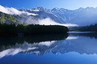長野県 朝霧の大正池と穂高連峰