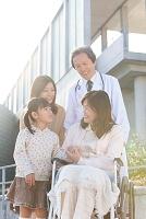 車イスに乗るおばあちゃんと親子と医師