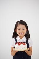 デコレーションケーキを持つ女の子
