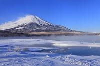 山梨県 山中湖 朝の富士山と氷結した湖