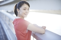 ランニングウェアを着ている日本人女性