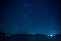 北海道 凍結した屈斜路湖に昇る冬の星座 ふたご座 オリオン座...