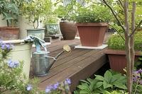 ガーデニング ウッドデッキのジョウロとバケツと鉢植え