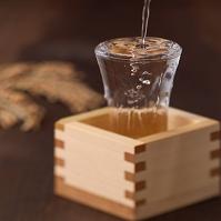 グラスにそそがれた日本酒