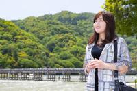 京都嵐山 渡月橋と若い日本人女性