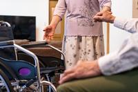 車椅子と日本人シニア夫婦