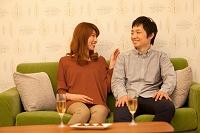 話をしている笑顔のカップル
