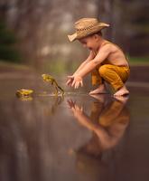 蛙で遊ぶ男の子