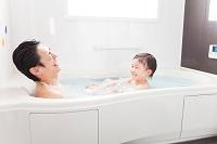 入浴する日本人親子