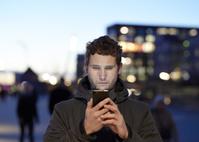 スマートフォンを見る外国人男性