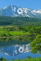 秋田県 にかほ市 扇谷地溜池から望む鳥海山
