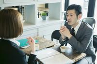 ミーティングをするスーツ姿の日本人ビジネスマン