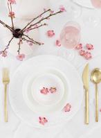 白とピンクのテーブルコーディネート