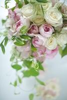 ピンクと白のバラのブーケドマリエ