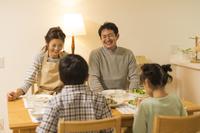 夕飯を食べる日本人家族