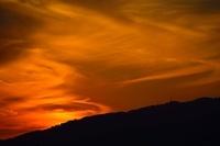 六甲の山並みに沈む夕日