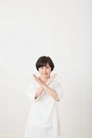 注意するシニア日本人女性