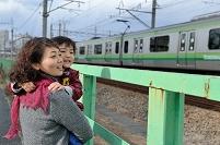 電車を見てる親子