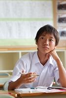 夏期講習を受ける男子中学生