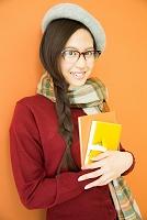 本を持つ日本人女性
