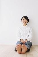 足を伸ばす女性