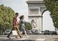 フランス パリ 買い物をする外国人カップル