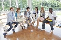 椅子に座って会話をする大学生と留学生