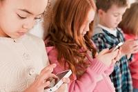 スマートフォンでゲームをする子供