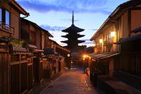 京都府 夕暮れ時の八坂の塔と八坂道