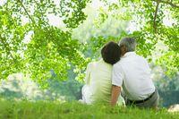 木陰で寄り添う老夫婦
