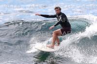サイモン・ベイカーがシドニーでサーフィン