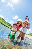 河原で水遊びの日本人家族