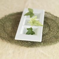 白い器に浮かべたグリーンの葉