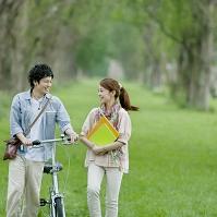 ポプラ並木を歩くカップル