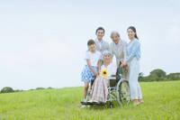 車椅子の老人と家族