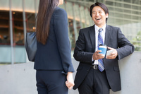 ミーティングをする日本人ビジネスパーソン