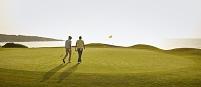 ゴルフコースを歩く外国人男性