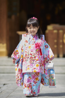 七五三で晴れ着を着た日本の女の子
