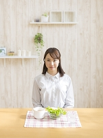 食卓に向かう日本人女性