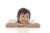 笑顔で見つめる日本人の男の子