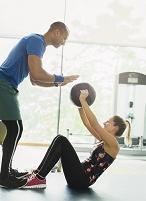 メディシンボールを使ったウェイトトレーニングをする女性